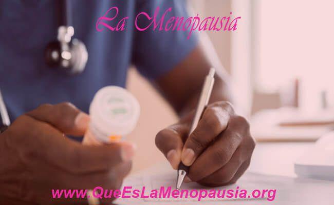 Médico recetando medicamentos para el herpes genital
