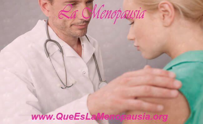 Mujer con médico tratando el herpes genital