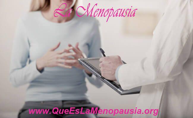 Mujer con médico para tratamiento del herpes genital en la menopausia