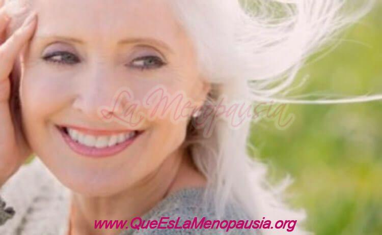 Imagen de mujer con buena autoestima en la menopausia