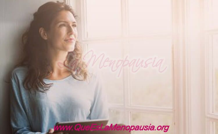 Mujer con buena autoestima en la menopausia