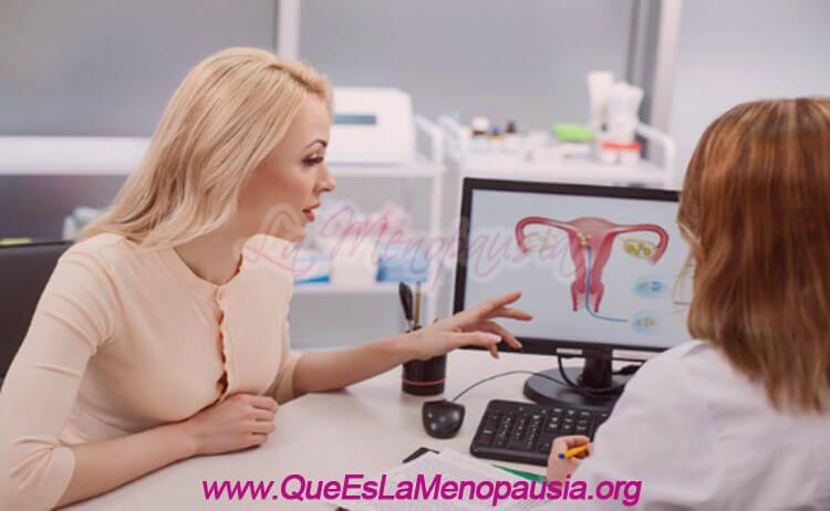 Mujer en la menopausia evaluando realizarse una salpingoclasia