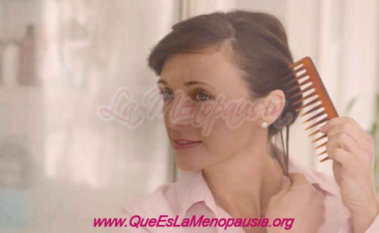 Imagen de una mujer en la menopausia con buena autoestima