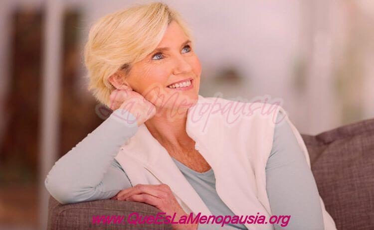 Mujer saludable con autoestima alta en la menopausia