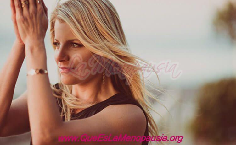 Imagen de mujer con buena autoestima y apariencia física en el climaterio.