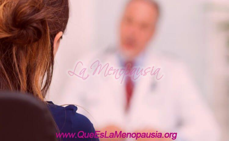 Mujer consulta al ginecólogo online