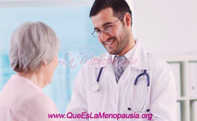 Mujer con médico ginecólogo en la menopausia