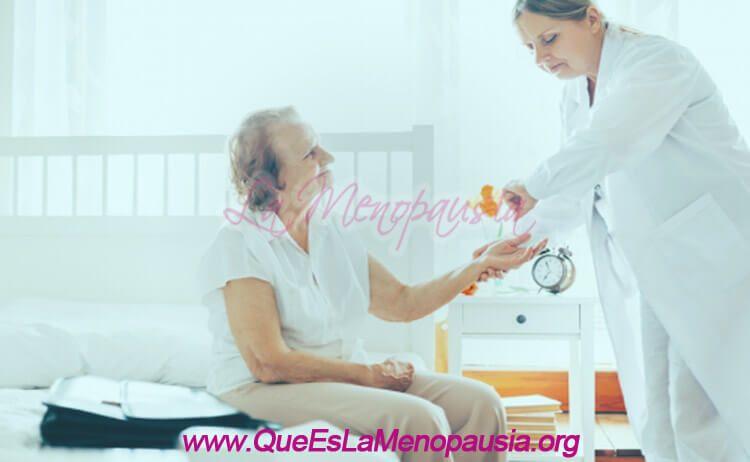 Mujer de la tercera edad con cuidados geriátricos