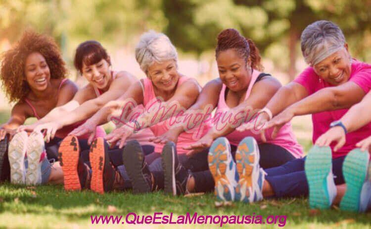 Mujeres menopaúsicas experimentando beneficios físicos, psicológicos y sociales