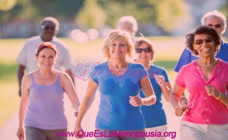 Mujeres caminando durante la menopausia