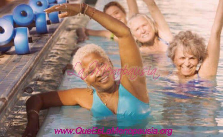 Mujeres menopaúsicas practicando natación