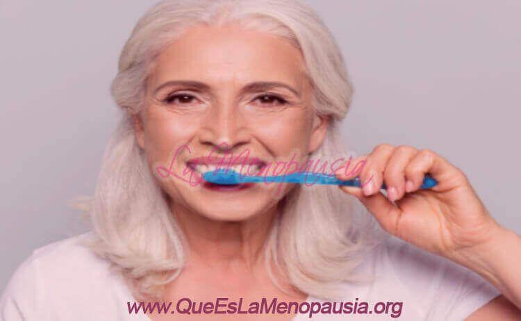 Cuidados bucodentales para mujeres con menopausia