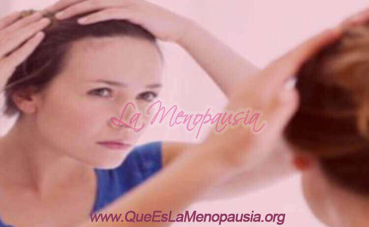 Mujer perdiendo cabello por alopecia