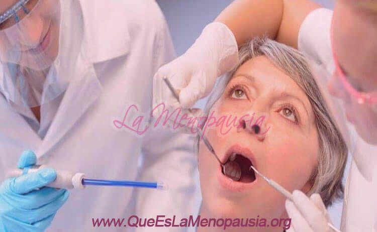 Cuida tu sonrisa en la menopausia