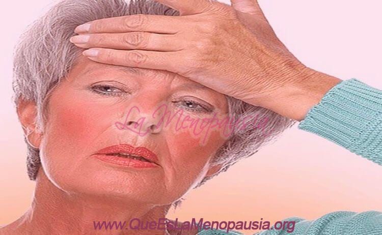 Mujer menopáusica sufriendo un sofoco o bochorno
