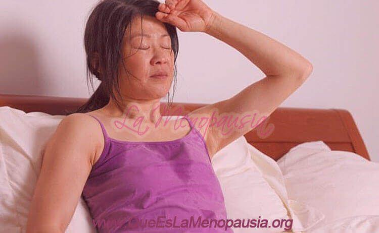 Mujer con síntomas de bochornos o sofocos en la menopausia