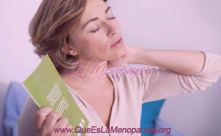 Mujer con sofocos en la menopausia