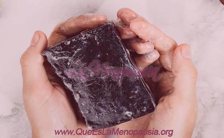 Cómo usar el jabón de carbón activado para mejorar la piel en la menopausia
